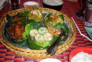 Petit plats servis dans des feuilles de palmier